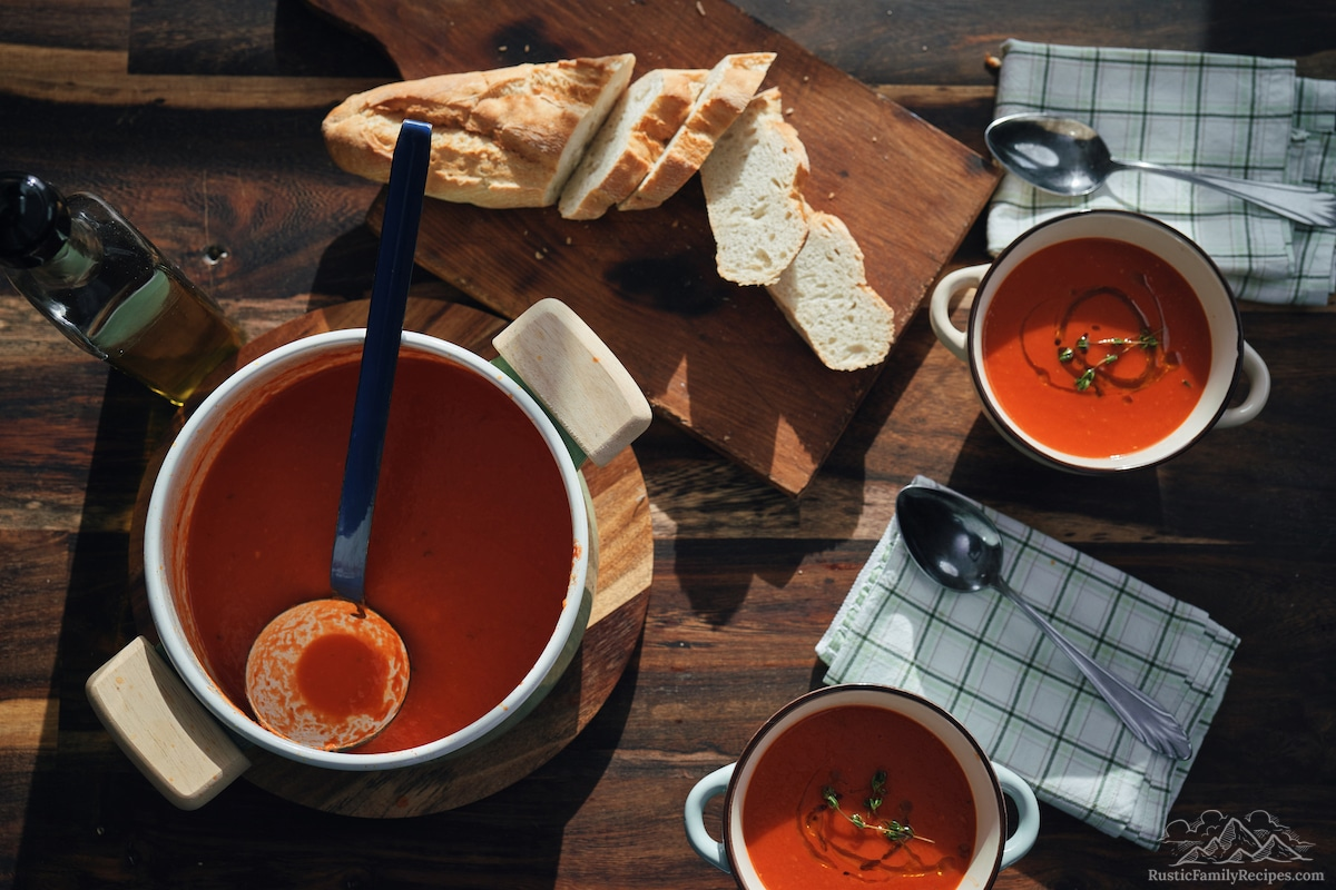 Tomato soup with chopped bread.
